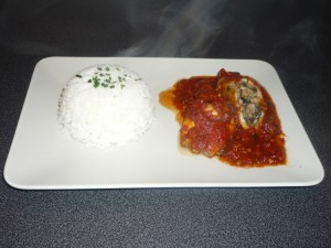 Calamars farcis aux champignons servi avec du riz