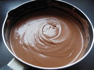 Mousse au chocolat - mélanger pour obtenir une couleur uniforme