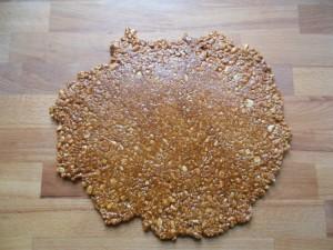 Etaler le caramel et les cacahuetes