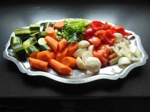 Laver et couper les légumes du couscous