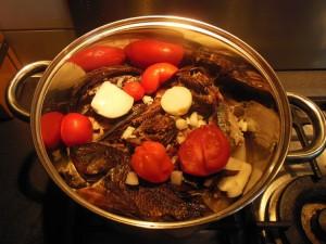 Ajouter les poissons fumes dans la sauce kplala